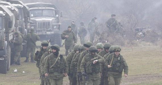 """Rosyjscy żołnierze szturmują ukraińską jednostkę wojskową w Sewastopolu - podała wieczorem agencja Reutera. Jednocześnie ministerstwo obrony poinformowało, że ok. 20 osób oblega punkt dowodzenia taktycznej grupy """"Krym"""" sił powietrznych. Wydarzenia związanie z sytuacją na Ukrainie śledziliśmy w relacji minuta po minucie!"""