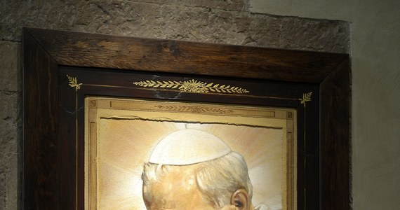"""Pięćdziesiąt dni pozostało do wyniesienia na ołtarze Jana Pawła II. Kanonizacja odbędzie się 27 kwietnia w Watykanie. Z tej okazji gościem RMF FM był ksiądz Sławomir Oder - postulator procesu beatyfikacyjnego i kanonizacyjnego papieża Polaka. Bogdan Zalewski jest pierwszym dziennikarzem, który przeprowadził wywiad z kapłanem po jego przybyciu z Rzymu. Pretekstem zaproszenia postulatora jest także nowa książka, która pojawiła się na rynku księgarskim w naszym kraju -  """"Zostałem z Wami. Kulisy procesu kanonizacyjnego Jana Pawła II"""". To zapis rozmów księdza Odera z włoskim dziennikarzem Saverio Gaetą. Tytuł włoskiego oryginału brzmi """"Karol, il Santo. Vita e miracoli di Giovanni Paolo II""""."""