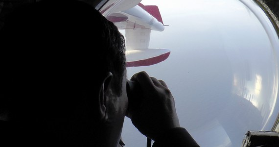 W trakcie poszukiwań zaginionego samolotu linii Malaysian Airlines natrafiono na unoszący się na wodzie obiekt - podaje The Malaysian Insider. Starają się do niego dotrzeć jednostki ratunkowe, biorące udział w poszukiwaniu maszyny.