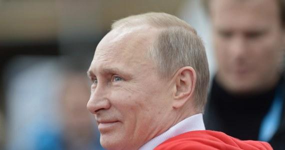 Rosyjski prezydent Władimir Putin w rozmowach telefonicznych z niemiecką kanclerz Angelą Merkel i brytyjskim premierem Davidem Cameronem powiedział, że kroki podejmowane przez władze ukraińskiego Krymu są zgodne z prawem międzynarodowym.