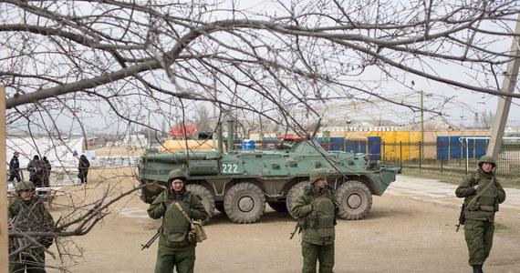 """Krym zaczyna tworzyć własną armię. 40 ochotników złożyło w Symferopolu żołnierską przysięgę """"na wierność narodowi Krymu"""" premierowi Autonomicznej Republiki Krymu Siergiejowi Aksjonowowi w obecności dziennikarzy."""