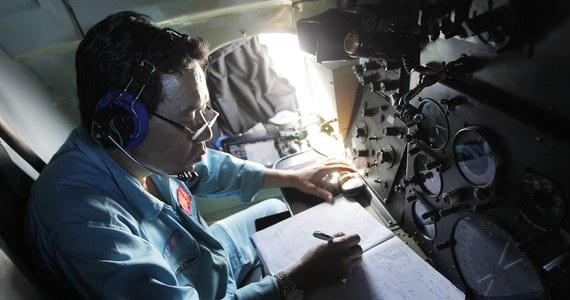 Dane z radarów wojskowych sugerują, że zaginiony samolot linii Malaysia Airlines obrał celowo kierunek nad Półwyspem Malajskim ku archipelagowi Andamanów - powiedziały źródła zaznajomione ze śledztwem, cytowane przez agencję Reutera. Boeing 777 wyleciał do Pekinu ze stolicy Malezji Kuala Lumpur w sobotę. Godzinę po starcie zniknął z cywilnych radarów nad Morzem Południowochińskim między Malezją a Wietnamem. Na pokładzie było 239 osób.