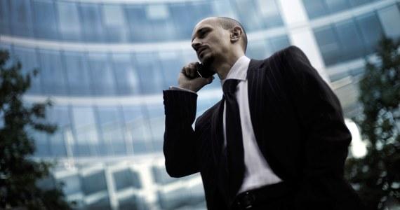 Jeszcze 20 lat temu telefon komórkowy był prawdziwym wydarzeniem, raczej atrybutem biznesmena niż przeciętnego Kowalskiego. W podręcznikach do savoir-vivre'u z tamtych lat uwrażliwiało się więc czytelników, by telefonu nie używali do podkreślania swojego statusu finansowego. Wydaje się, że dziś ten argument stracił na ważności. Telefony mamy bowiem wszyscy i niewiele się tak naprawdę od siebie różnią. Wciąż jednak warto pamiętać o kilku zasadach, które odnoszą się do używania tego gadżetu i do telefonowania w ogóle.