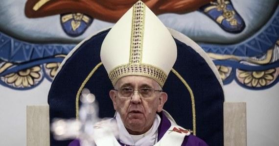 """Podczas wizyty w miejscowości Guidonia koło Rzymu papież Franciszek mówił, że wezwanie, by podążać za Bogiem, nie jest zachętą do """"turystyki"""". """"Uwaga, są ci, którzy zamiast podążać, błąkają się. To charakteryzuje tych, którzy nie znają kierunku drogi""""- zauważył."""
