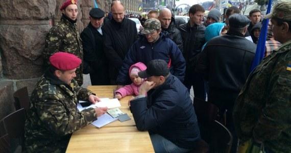 Ukraińcy chcą walczyć za ojczyznę. Coraz więcej osób zgłasza się do armii i nowo formowanej Gwardii Narodowej. Chcą bronić kraju.