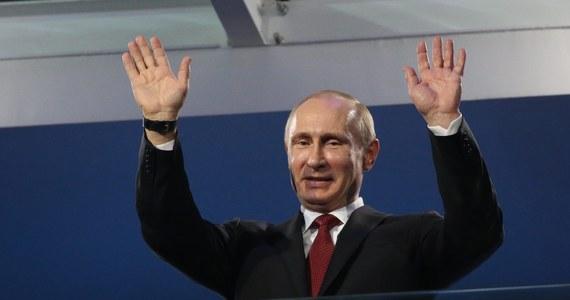 """""""Krym to państwo suwerenne i niepodległe!"""" - możemy przeczytać w dekrecie podpisanym przez prezydenta Rosji Władimira Putina. Dokument opublikowano na stronie internetowej Kremla. Kolejny krok? Rosyjska duma ma - tu cytat przewodniczącego Siergieja Naryszkina - """"szybko, w sposób odpowiedzialny"""" podjąć decyzje związane z przyłączeniem Krymu do Rosji. UE stać było jedynie na ogłoszenie """"czarnej listy"""", czyli 21 osób objętych sankcjami wizowymi i finansowymi. To członkowie samozwańczych władz Krymu, a także rosyjskich deputowanych i wojskowych. Znaczących nazwisk brak..."""