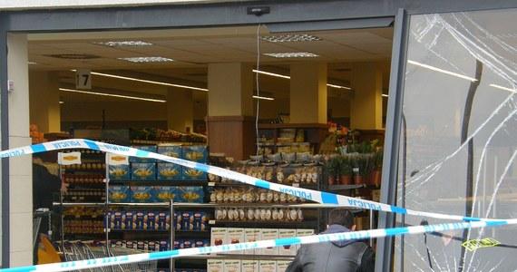 Szczecińska policja szuka złodziei, którzy w nocy ukradli bankomat ze sklepu przy ul. Łukasińskiego. Policja przegląda taśmy monitoringu.