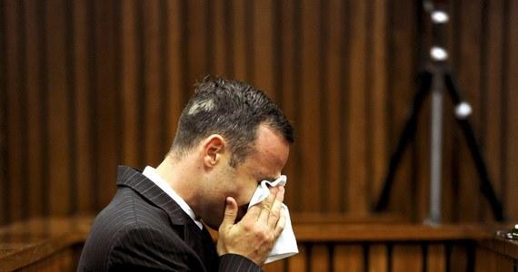 Obrońcy oskarżonego o zabójstwo z premedytacją Oscara Pistoriusa starali się wykazać błędy popełnione przez policjantów pracujących w domu niepełnosprawnego lekkoatlety w RPA, tuż po tym jak zastrzelił on tam swoją narzeczoną Reevę Steenkamp. W 12. dniu rozprawy pokazano drastyczne zdjęcia z miejsca zdarzenia.
