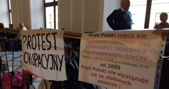 Od wczoraj 13 rodzin z niepełnosprawnymi dziećmi okupuje Sejm. Chcą pisemnych gwarancji spełnienia złożonej 5 lat temu obietnicy podniesienia świadczeń i traktowania 24-godzinnej opieki jak pracy. Noc spędzili na sejmowym korytarzu. Dzisiaj do tego protestu mają dołączyć kolejne - z Łodzi, Poznania i Krakowa.