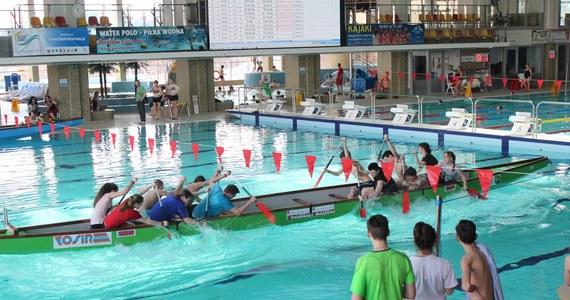 """Na olsztyńskiej pływalni miejskiej odbyły się dzisiaj ogólnopolskie zawody smoczych łodzi. Nie były to jednak tradycyjne wyścigi. Walka odbywała się na zasadzie """"przeciągania liny""""."""