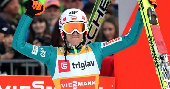 Kamil Stoch zapewnił sobie triumf w tegorocznym sezonie Pucharu Świata w skokach narciarskich! Zdobycie Kryształowej Kuli przypieczętował w zawodach w słoweńskiej Planicy. Polak zajął czwarte miejsce. Do końcowego triumfu w klasyfikacji generalnej wystarczyła mu lokata w czołowej ósemce.