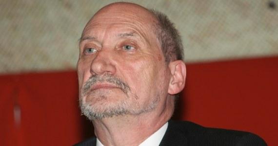 """Parlamentarny zespół ds. wyjaśnienia katastrofy smoleńskiej zwrócił się do szefa MSZ Radosława Sikorskiego, by zwrócił się do MSZ Rosji o """"wycofanie z obiegu prawnego i sprostowanie fałszywych informacji"""" zawartych w raporcie MAK. """"Przeproście tych, których zniesławiliście w związku z kłamstwami MAK-u i kłamliwymi ocenami przyczyn tragedii smoleńskiej"""" – zaapelował do rządzących poseł Antoni Macierewicz."""
