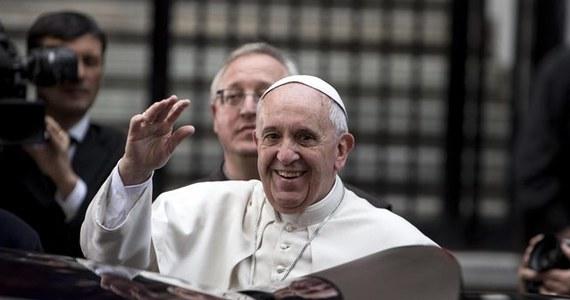 """Papież Franciszek zaapelował do mężczyzn i kobiet mafii, by się nawrócili. Podczas spotkania z rodzinami ofiar mafii w Rzymie zwrócił się do przestępców: """"Proszę, zmieńcie życie i nawróćcie się"""". Ostrzegł, że inaczej czeka ich piekło."""