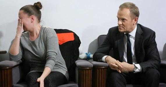 """Donald Tusk ma dziś ponownie spotkać się z rodzicami niepełnosprawnych dzieci, którzy od trzech dni protestują w Sejmie. Ma przedstawić im swoje propozycje odnośnie świadczenia pielęgnacyjnego. """"Nie ustąpimy, jesteśmy nieugięci"""" - zapowiadają czekający na premiera rodzice."""