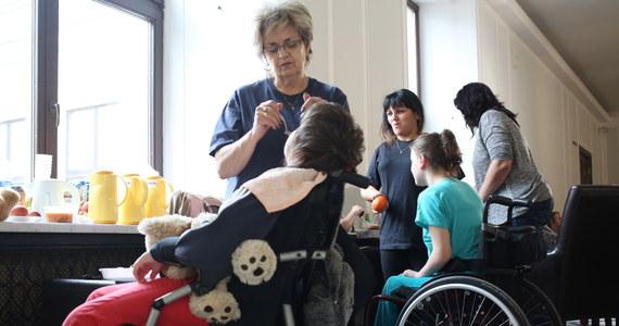 Kwota zasiłku pielęgnacyjnego na dziecko niepełnosprawne od 2003 roku wynosi niezmiennie 153 złote. Jego rodzice, jeśli zrezygnowali z pracy, by się nim opiekować, otrzymują też 820 złotych. Poniższe kalendarium pokazuje, jak długo trwa batalia o godne środki dla niepełnosprawnych dzieci.