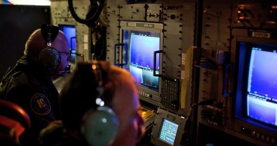 """""""Każda hipoteza jest dobra - dekompresja w kabinie, próba uprowadzenia samolotu, rozszerzone samobójstwo. To wszystko będzie brane pod uwagę przez śledczych, natomiast dobrą informacją jest to, że w końcu po 17 dniach udało się mniej więcej zlokalizować obszar, w którym można prowadzić poszukiwania. Już za 13 dni czarne skrzynki przestaną emitować swój sygnał. Później ich poszukiwanie byłoby bardzo trudne, podobnie jak w przypadku samolotu Air France, gdzie poszukiwanie trwało aż dwa lata"""" - mówi w rozmowie z reporterem RMF FM Krzysztofem Zasadą ekspert od spraw lotnictwa Krzysztof Moczulski. Premier Malezji potwierdził wcześniej, że poszukiwany od 8 marca Boeing 777 spadł do Oceanu Indyjskiego."""