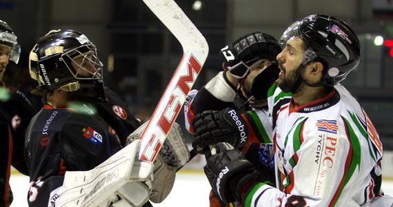 GKS Tychy pokonał KH Sanok 2:0 w pierwszym finałowym starciu o mistrzostwo Polski w hokeju na lodzie. Bliżej brązowego medalu jest natomiast ekipa JKH GKS Jastrzębie-Zdrój. W pierwszym spotkaniu o trzecie miejsce zespół 44-letniego napastnika Richarda Krala wygrał z Aksam Unią Oświęcim 6:3.