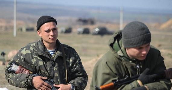 Rosyjski sztab generalny porozumiał się ze stroną ukraińską. Żołnierze wierni Kijowowi wraz z rodzinami zostaną ewakuowani z Krymu pociągami. Resort obrony w Kijowie twierdzi jednak, że kwestia ta nie została jeszcze uzgodniona.