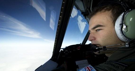 Zła pogoda zmusiła samoloty uczestniczące w poszukiwaniach malezyjskiego Boeinga 777, który prawdopodobnie uległ katastrofie w południowej części Oceanu Indyjskiego, do powrotu do baz - poinformował oficer marynarki wojennej USA.