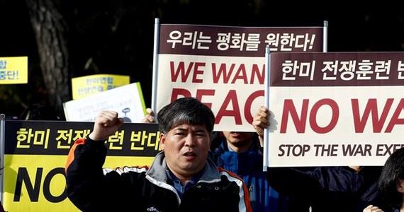 Marynarka wojenna Korei Północnej rozpoczęła manewry wojskowe na Morzu Żółtym. Jeden z pocisków artyleryjskich spadł na wody terytorialne należące do Korei Południowej - poinformowała agencja Yonhap. W odpowiedzi na to marynarka Korei Południowej wystrzeliła pociski w stronę północnokoreańskich wód terytorialnych.
