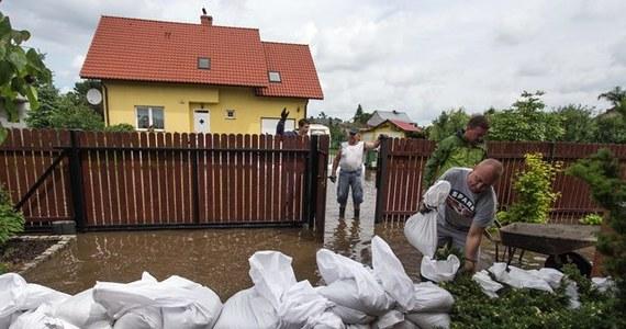 Samorządy nie podejmują wystarczających działań, by chronić mieszkańców przed skutkami powodzi - wynika z raportu NIK. Gminy m.in. nie ograniczyły zabudowy na terenach zalewowych, a w pozwoleniach na budowę nie informowały inwestorów o zagrożeniu powodzią.