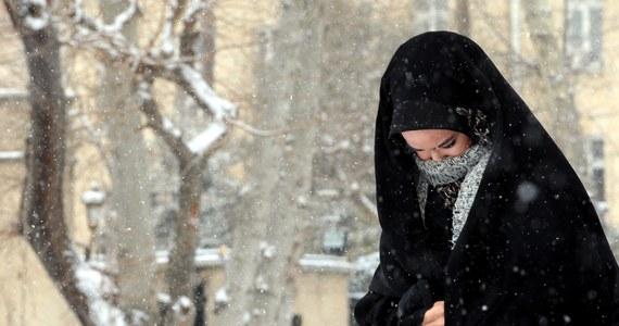 Blisko 14 tys. ludzi zostało zablokowanych na drogach w północnym Iranie przez obfite opady śniegu - podały irańskie służby ratownicze. Taki atak zimy zdarza się tam rzadko o tej porze roku.