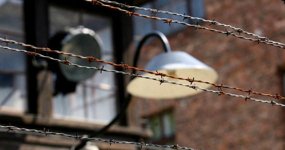 Drut kolczasty z byłego niemieckiego obozu Auschwitz znaleźli Strażnicy Graniczni w bagażu Włocha na lotnisku w podkrakowskich Balicach. W czasie przesłuchania mężczyzna przyznał, że zabrał go na pamiątkę. Sprawą zajmie się prokuratura.