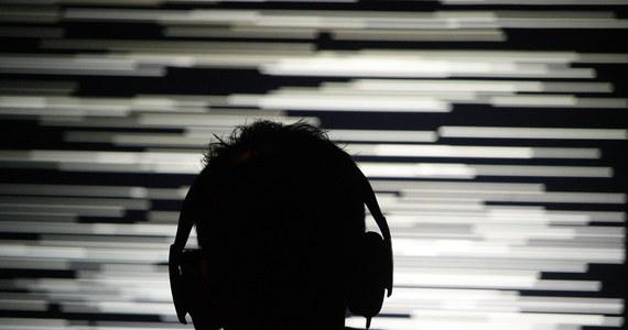 Głośna afera wybuchła we Francji. 300 euro grzywny ma zapłacić rodzina 16-latka, który słuchał na dworcu muzyki ze smartfona. Używał do tego słuchawek.