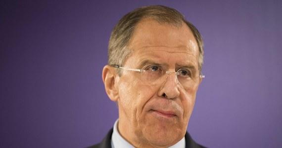 Rosja oczekuje wyjaśnień od NATO w sprawie dodatkowej obecności wojsk sojuszu w krajach Europy Wschodniej - stwierdził szef MSZ Rosji Siergiej Ławrow. Oznajmił też, że wojska rosyjskie odejdą znad granicy z Ukrainą, gdy zakończą tam manewry.