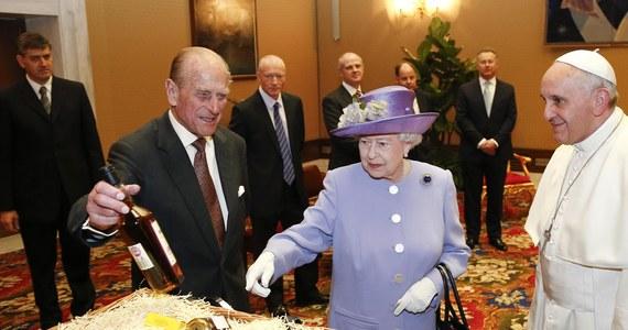 Szkocką whisky i miód oraz żywność biologiczną otrzymał papież Franciszek od królowej Elżbiety II, którą przyjął w Watykanie. Ich prywatne, pierwsze spotkanie trwało pół godziny.