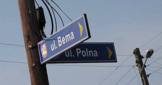 Dziki objazd remontowanej drogi w Chruszczobrodzie w Śląskiem został zlikwidowany. To efekt interwencji reportera RMF FM. Dzięki temu kierowcy nie powinni już gubić się na okolicznych polach. Właśnie takimi drogami prowadził objazd.