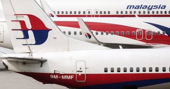 Malezyjskie tanie linie lotnicze AirAsia wycofały gazetę pokładową. Znalazło się w niej stwierdzenie, że... piloci tego przewoźnika nigdy nie doprowadzą do zaginięcia samolotu. Władze linii wystosowały w tej sprawie oficjalne przeprosiny. Reklama ukazała się już po tym, jak z radarów zniknęła maszyna należąca do innego malezyjskiego przewoźnika - Malaysia Airlines.