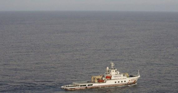 """Chiński statek, poszukujący na Oceanie Indyjskim zaginionego miesiąc temu samolotu malezyjskich linii lotniczych, zanotował sygnał, który może pochodzić z czarnych skrzynek samolotu. Według chińskiej gazety """"Liberation Daily"""" trzy osoby słyszały ten sygnał."""