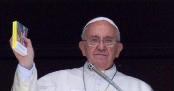 """""""Wszyscy jesteśmy grzesznikami, ale musimy uważać, by nie dać się zdeprawować"""" - mówił papież Franciszek podczas wizyty w parafii w rzymskiej dzielnicy Magliana. """"Jeśli nie chcemy, aby nasze serce powróciło do życia, stajemy się zdeprawowani, a nasza dusza zaczyna brzydko pachnieć. To zapach osoby, która jest przywiązana do grzechu"""" - dodał."""