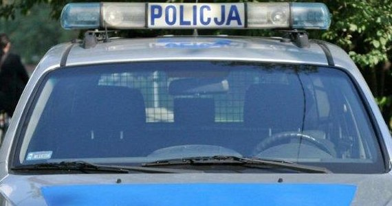 Na trzy miesiące aresztowano 44-latka z Pszowa koło Wodzisławia Śląskiego, który choć usłyszał już wcześniej wyrok za znęcanie się nad rodziną, w sobotę ponownie zaatakował swoją partnerkę. Mężczyzna bił kobietę siekierą i młotkiem. Pomoc wezwała 8-letnia córka. Zatrzymanemu grozi 8 lat więzienia.
