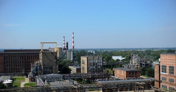 Strażacy walczą z wyciekiem silnie żrącego oleum w Zakładach Azotowych w Tarnowie. Substancja wydostała się z nieszczelnego zbiornika. Opary nie zagrażają okolicznym mieszkańcom - zapewniają pracujący na miejscu funkcjonariusze.