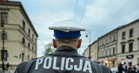 Zarzuty spowodowania wypadku drogowego oraz jazdy po alkoholu usłyszał policjant z Częstochowy, który został dzisiaj zatrzymany w komendzie. Ponad dwa tygodnie temu uciekł z miejsca wypadku. Jedna osoba została wtedy ranna. Mężczyzna nie przyznał się do winy.