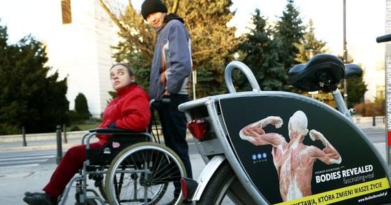 Opiekunowie dorosłych osób niepełnosprawnych będą bez środków do życia jeszcze co najmniej przez dwa miesiące. Wczoraj wieczorem Senat uchwalił ustawę, która przywraca im zasiłki, jednak pierwsze pieniądze dostaną najwcześniej pod koniec maja.