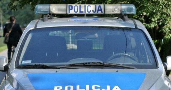 Policja z Grodziska Mazowieckiego pod Warszawą wyjaśnia okoliczności śmierci 60-latka, który został znaleziony przy drodze w miejscowości Sade Budy. Mężczyzna zmarł mimo reanimacji. Funkcjonariusze szukają kierowcy samochodu, który mógł go śmiertelnie potrącić. Informację o tragedii dostaliśmy na Gorącą Linię RMF FM.