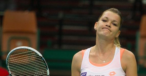 Najwyżej rozstawiona Agnieszka Radwańska przegrała z Francuzką Alize Cornet (4.) 6:0, 2:6, 4:6 w półfinale halowego tenisowego turnieju WTA Tour w Katowicach (pula nagród 250 tys. dol.).
