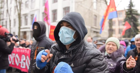 """Prezydent Białorusi Alaksandr Łukaszenka wypowiedział się przeciwko federalizacji Ukrainy, która jego zdaniem byłaby niebezpieczna zarówno dla Białorusi i Rosji, jak i dla Zachodu. Krytycznie skomentował również sankcje nałożone na FR. """"Listy (osób objętych sankcjami)? Niech sobie powieszą te listy w toalecie i napawają się nimi za każdą wizytą"""" - stwierdził."""
