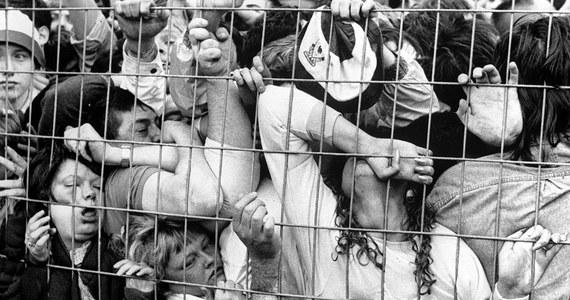 15 kwietnia 1989 roku, dokładnie 25 lat temu, na stadionie Hillsborough doszło do największej tragedii w historii brytyjskiego futbolu. Podczas półfinałowego meczu Pucharu Anglii między Liverpoolem a Nottingham Forest napierający tłum zadeptał i zadusił 96 osób. 766 kibiców zostało wtedy rannych. Wszyscy byli fanami Liverpoolu. Po tragedii powstał raport ministra sprawiedliwości Petera Taylora, który zarekomendował przebudowę brytyjskich stadionów, tak aby znajdowały się na nich tylko miejsca siedzące.