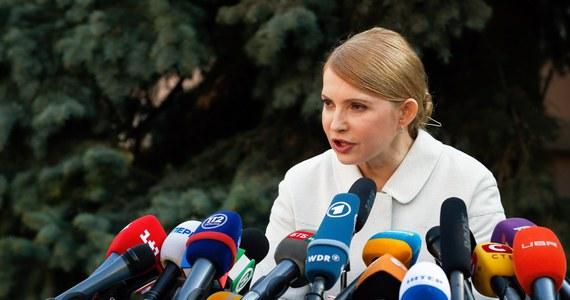 Siły ukraińskie przystąpiły do operacji przeciwko separatystom, okupującym komisariaty milicji i inne budynki władz w miastach na wschodzie kraju. Oddziały specjalne odbiły lotnisko w Kramatorsku. Podczas szturmu zginęło czterech prorosyjskich separatystów, dwóch zostało rannych. Rosja twierdzi, że Ukrainie grozi wojna domowa. Zdaniem byłej premier Ukrainy Julii Tymoszenko - wojna trwa.