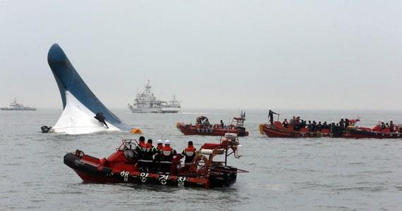 Południowokoreańska straż przybrzeżna podała nowe dane dotyczące pasażerów promu, który zatonął u południowo-zachodnich wybrzeży. Obecnie mowa jest o 164 uratowanych i ponad 300 zaginionych pasażerach. Wcześniej informowano także o dwóch ofiarach śmiertelnych. Ratownicy obawiają się, że wiele osób może być uwięzionych wewnątrz statku. Akcja ratownicza trwa.