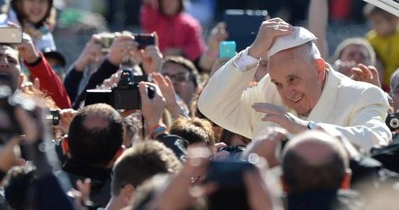 """Papież Franciszek powiedział, że Męka Pańska to nie """"przypadek"""", a Zmartwychwstanie Jezusa to nie """"happy end pięknej bajki czy filmu"""". Mówił, że śmierć Jezusa na krzyżu była najgorsza z możliwych. """"Uważano go za proroka, a umarł jak przestępca""""- dodał."""