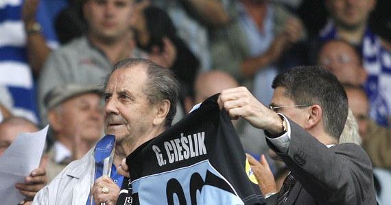 Gdzie powinna stanąć ławeczka upamiętniająca zmarłego w ubiegłym roku słynnego piłkarza Gerarda Cieślika? Mieszkańcy Chorzowa mogą wybrać jedno z trzech miejsc wskazanych przez urząd miasta.