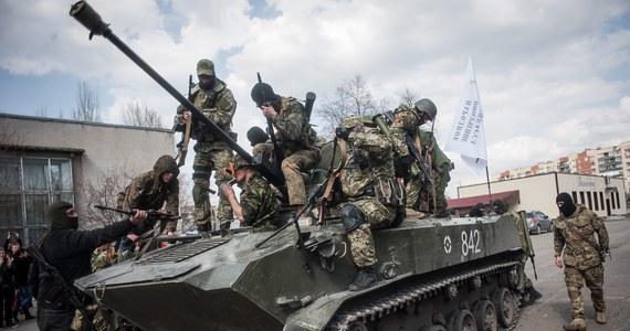 """Rosyjscy dywersanci przejęli sześć jednostek ukraińskiego sprzętu wojskowego w Kramatorsku na wschodzie kraju - oświadczyło Ministerstwo Obrony w Kijowie. Resort zaprzeczał dotąd, jakoby stracił tam transportery opancerzone. Żołnierz w jednym z tych transporterów, obecnie kontrolowanych przez prorosyjskich separatystów, przedstawił się dziennikarzowi jako członek ukraińskiej 25. brygady powietrznodesantowej z Dniepropietrowska. """"Wszyscy żołnierze i oficerowie są tutaj. Jesteśmy chłopakami, którzy nie będą strzelać do własnego narodu"""" - powiedział."""