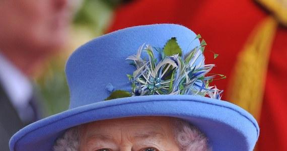 Brytyjska królowa Elżbieta II rozdawała dziś poddanym pieniądze. To jedyny dzień w roku, gdy monarchini bierze do ręki portmonetkę i monety. W tym roku odbyło się to w katedrze Blackburn, na północy Anglii.