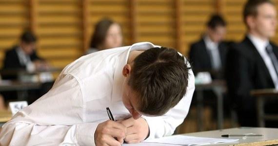 """""""Jeżeli uczeń zna język angielski, to tydzień wystarczy na poznanie technik egzaminacyjnych. Natomiast na pewno nie jest wystarczająco, aby przygotować się do egzaminu. Egzamin - zwłaszcza zaawansowany z języka angielskiego, wymaga pewnej biegłości w języku. Ten ostatni tydzień warto wykorzystać na sprawdzenie, czy przede wszystkim umie się dokładnie odczytywać instrukcje"""" - podpowiada Ewą Klimontowicz, nauczycielka języka angielskiego ze Społecznego Gimnazjum nr 7 w Krakowie."""