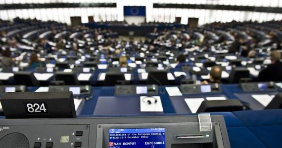28,2 proc. Polaków zagłosowałoby na kandydatów Prawa i Sprawiedliwości w nadchodzących wyborach do Parlamentu Europejskiego, a 26,6 proc. poparłoby Platformę Obywatelską - wynika z sondażu IBRiS Homo Homini przeprowadzonego na zlecenie RMF FM i portalu Interia.pl. Zamiar wzięcia udziału w eurowyborach zadeklarowało 31,9 proc. respondentów.